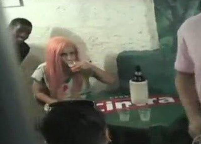 Lady Gaga bebendo cerveja em um boteco brasileiro