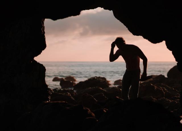 Homem dentro de uma caverna