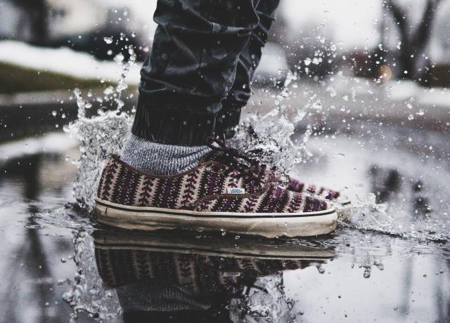 Um pé pisando numa poça