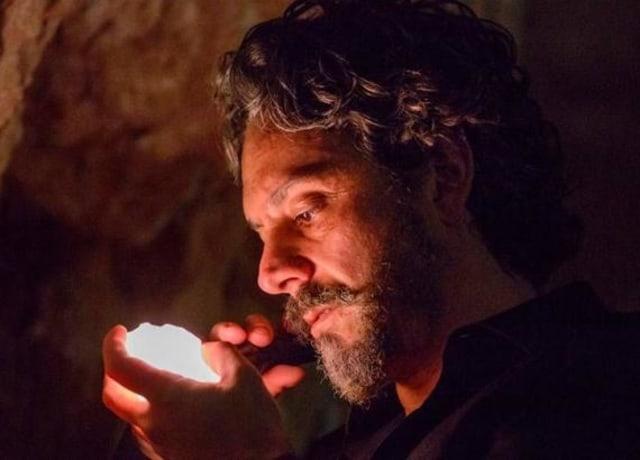 """Alexandre Nero, como José Alfredo, em """"Império"""", segurando um diamante gigante."""