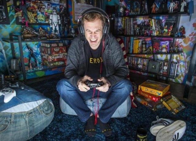 Tiago Leifert jogando Xbox no escuro