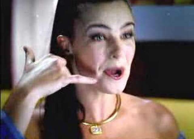 Ana Paulo Arósio, fazendo um sinal de telefone com a mão.