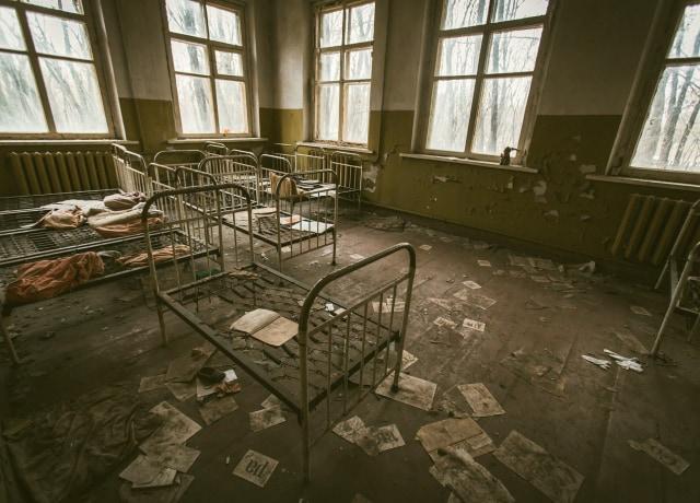 Camas em um hospital abandonado