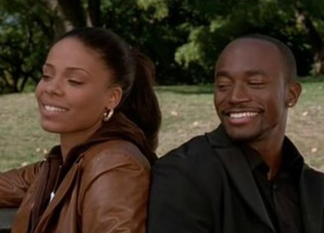 Dre e Sid conversando sentados em um banco de algum parque.