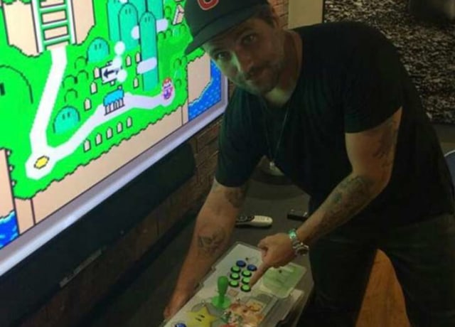 Bruno Gagliasso jogando Super Mario
