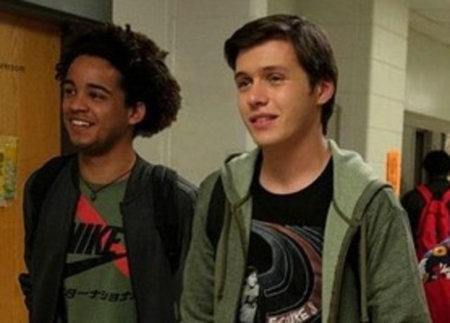 Simon e Nick andando juntos no corredor da escola.