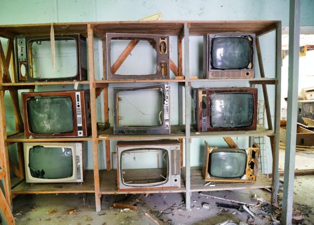 Várias TVs quebradas