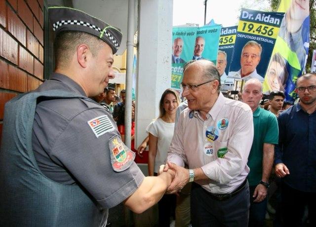Alckmin comprimentando um policial militar