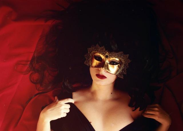 Mulher com máscara dourada
