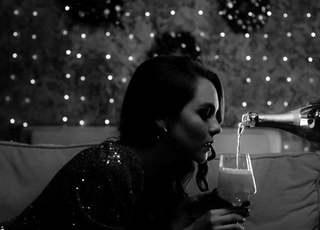 Mulher tomando champagne