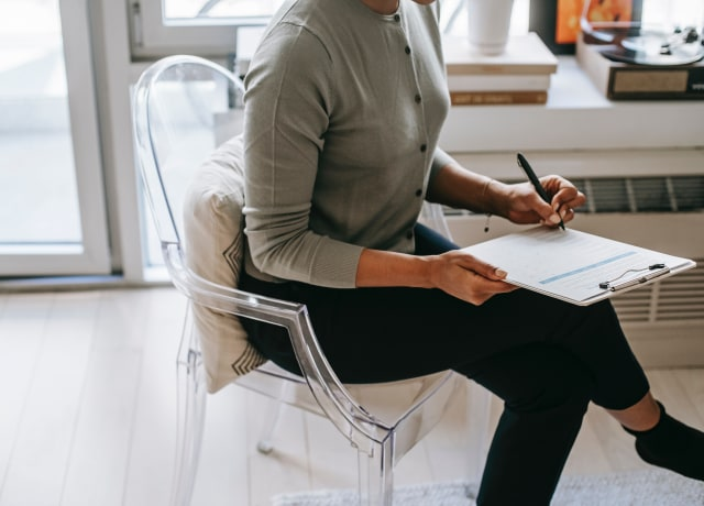 Uma pessoa trabalhando de pernas cruzadas
