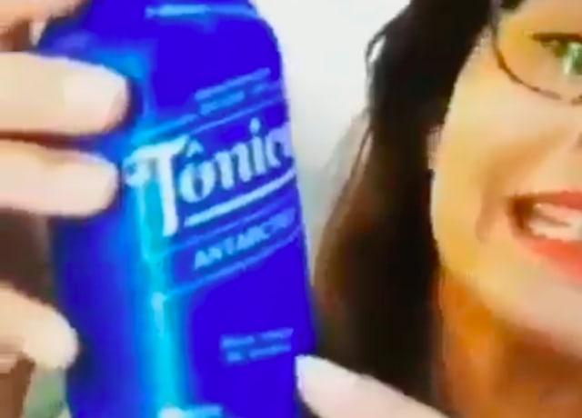 Frame do vídeo de uma mulher que viralizou ao dizer que agua tônica ajudaria no combate ao covid