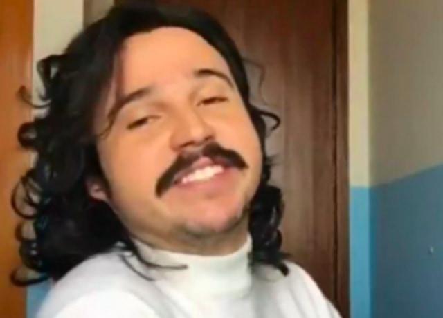 Esse Menino, autor do meme da Pfizer, dando um sorrisinho