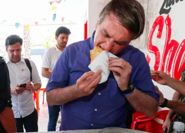 Bolsonaro comendo o pastel