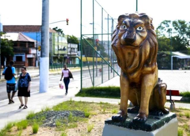Estátua feia de um leão vergo