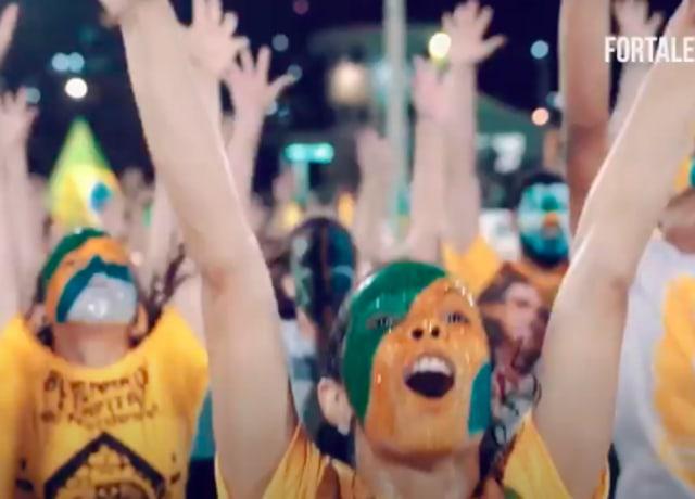 Pessoas de braços levantados, como quem dá graças