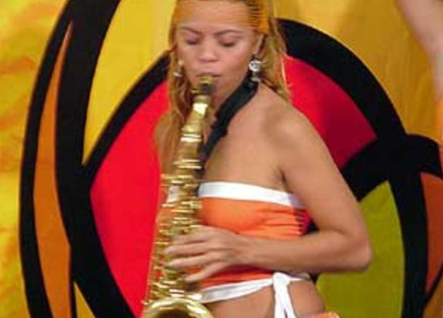Menina tocando sax