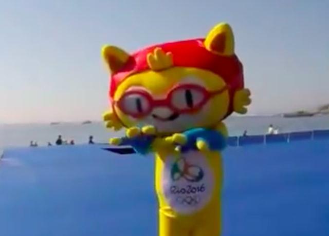 Vinícius, o mascote da Olimpíada do Rio, de touca e óculos de natação.