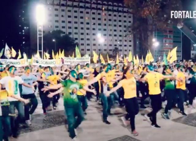 Uma multidão de braços abertos