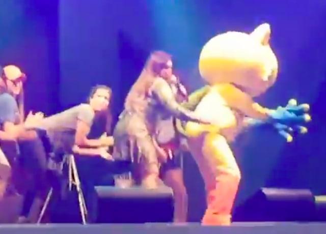 Vinícius fazendo a coreografia de Bang