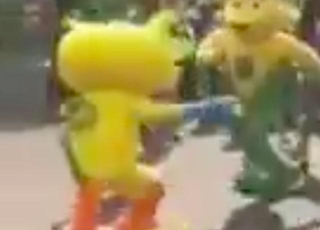 Vinícius dançando junto com o mascote do Comitê Olímpico Brasileiro, uma Onça