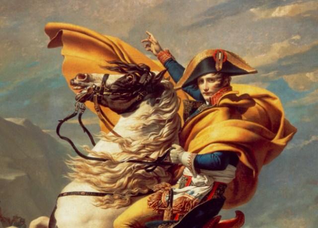Napoleão montando em um cavalo branco e marrom