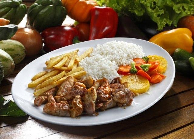 Prato de almoço com arroz, legumes, fritas e frango