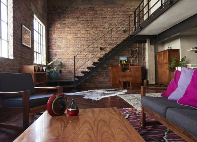 Um apartamento aberto com parede de tijolos