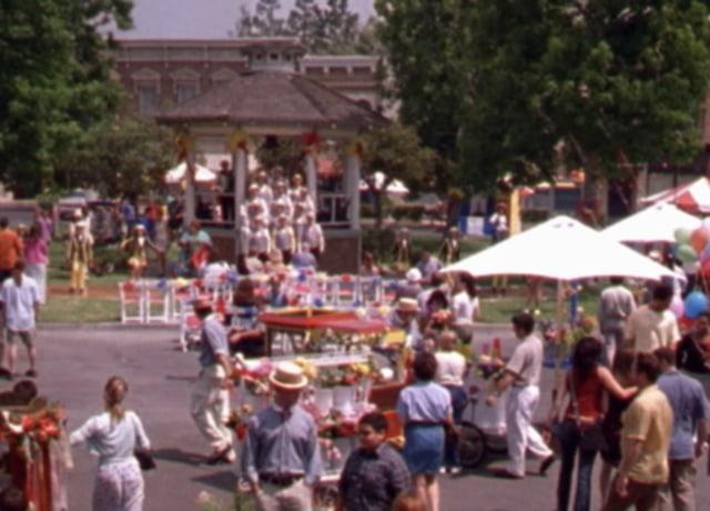 Foto de uma feira na rua.