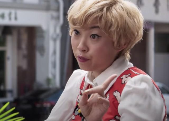 Peik Lin dando conselhos à Rachel na parte externa do restaurante.