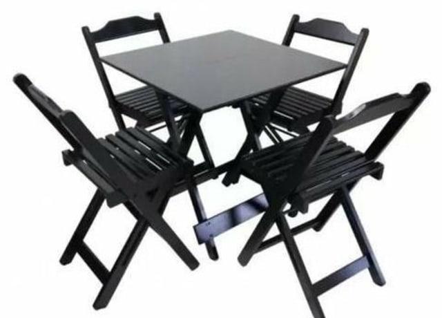 Mesa e cadeiras dobráveis feitas de madeira escura