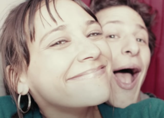 Celeste e Jesse tirando fotos juntos numa cabine fotográfica.