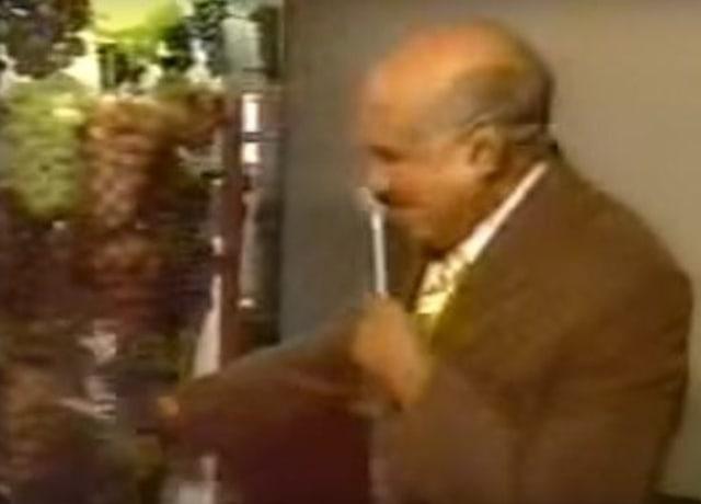 Lasier Martins encostando nas uvas