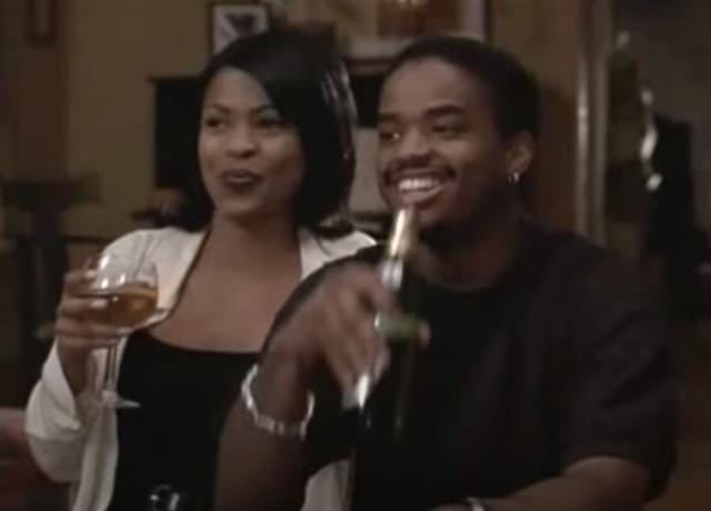 Nina e Darius bebendo em um jantar.