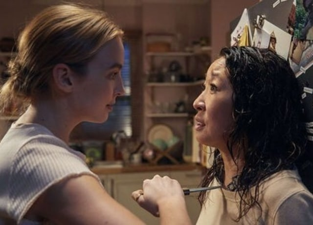 Villanelle holding a knife to Eve's throat