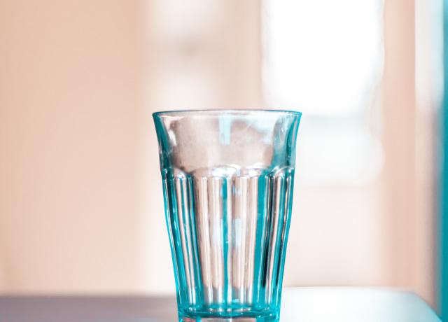 copo de vidro transparente