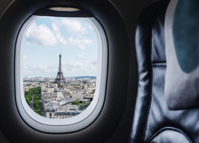 Vista da Torre Eiffel pela janela de um avião