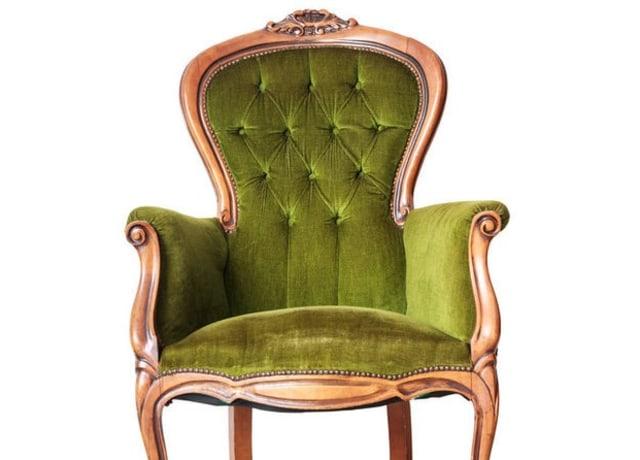 Foto de uma cadeira de veludo verde.