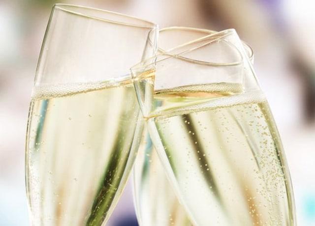 Brindar com Champagne.