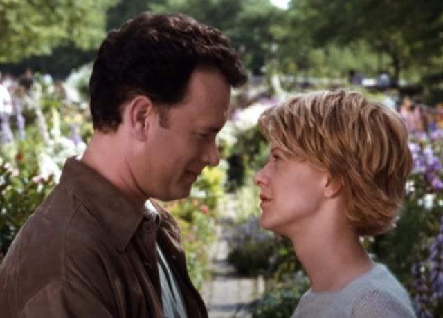 Joe e Kathleen quase se beijando em um parque.