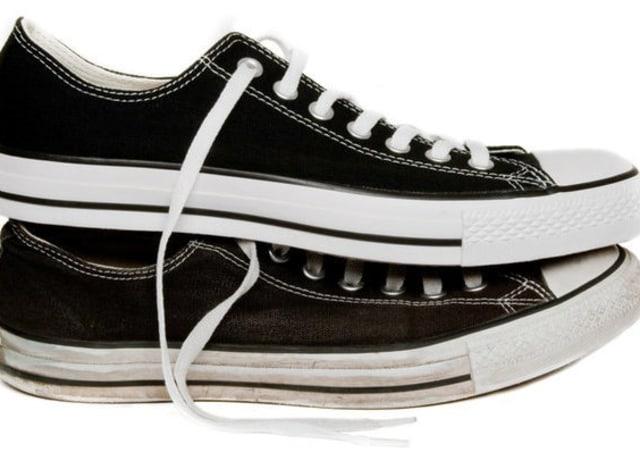 Tênis pretos com sola branca, ponta branca, cadarço branco e estreito