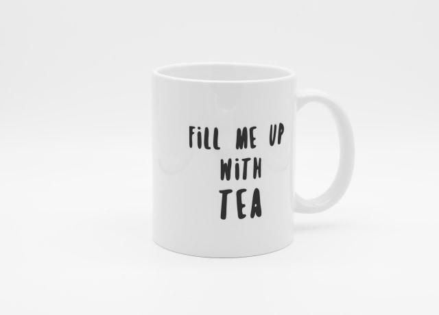 xícara branca com a frase 'me encha de chá'