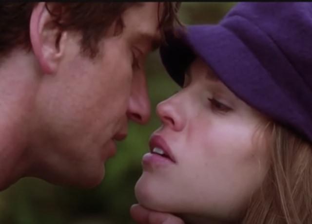 Holly e Gerry se beijando na Irlanda.