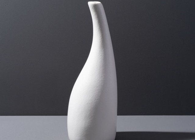 Vaso branco de cerâmica em forma de garrafa com a ponta contorcida