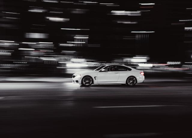 um carro em movimento à noite