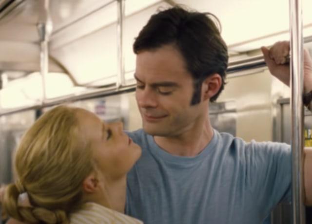 Amy e Aaron se abraçando no metrô.
