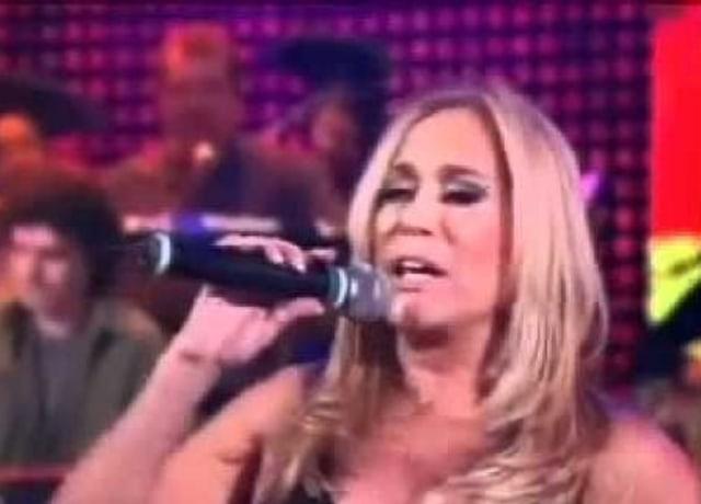 Susana Vieira segurando microfone