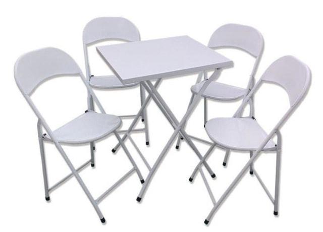 Mesa e cadeiras dobráveis feitas de aço branco