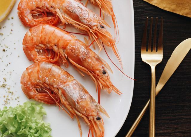 cooked shrimp platter
