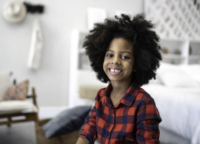 Foto de uma criança usando uma camisa xadrez vermelha e azul marinho.